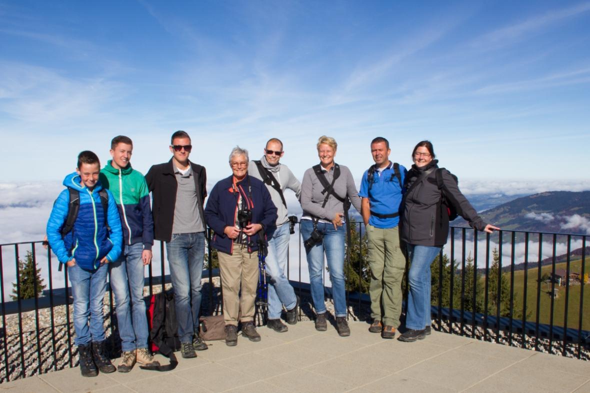 De hele familie op het panoramaterras